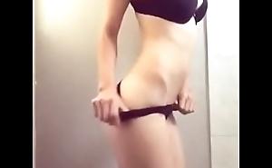 Flaquita hermosa bailando en bikini
