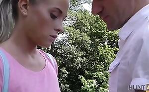 HUNT4K. Elle a perdu foetus portefeuille mais a gagn&eacute_ une baise folle