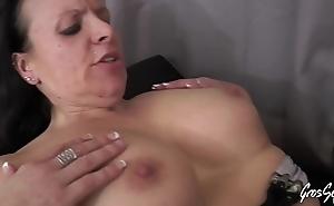 Laura belge aux gros seins d&eacute_fonc&eacute_e par deux grosses bites